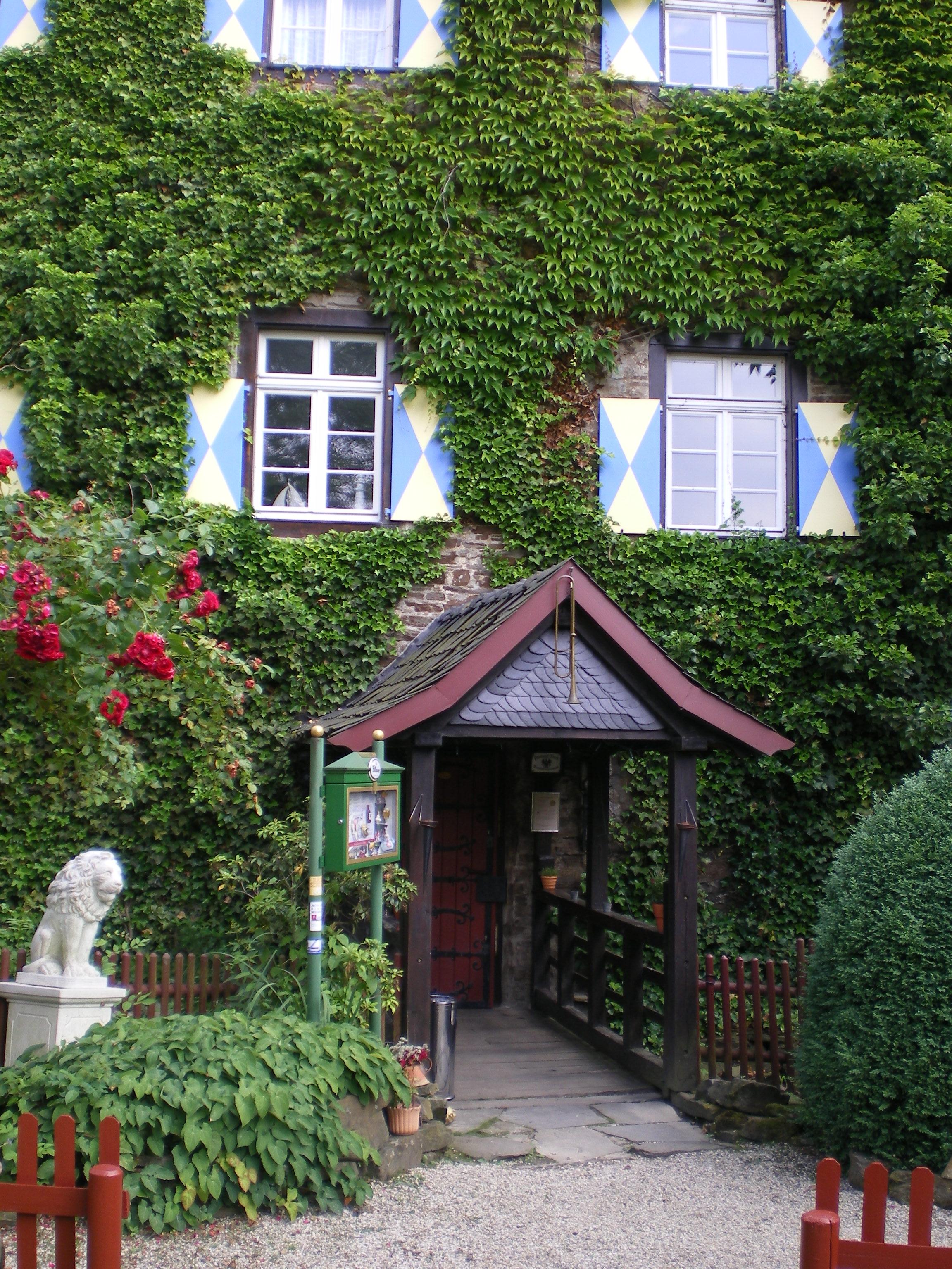 LOISIUM Weinerlebniswelt in Langenlois Absoluter Höhepunkt in Langenlois ist die LOISIUM Weinerlebniswelt mit ihren bis zu Jahre alten, für Besucher spannend inszenierten Weinkellern.